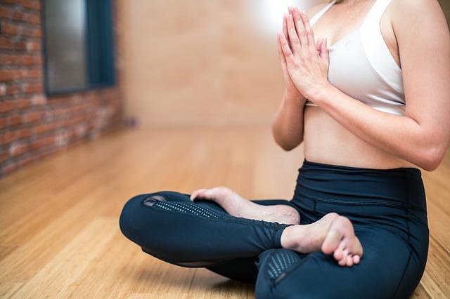 sitzende Frau in Yogastellung