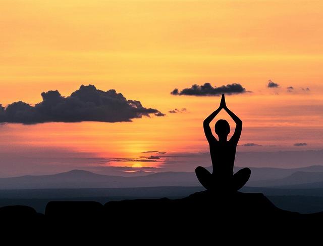 meditierende Frau am Sonnenuntergang