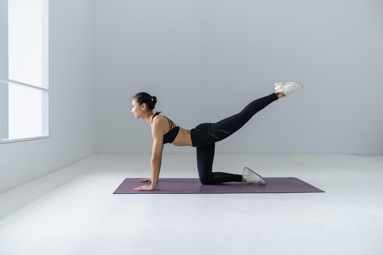 Frau übt auf Yogamatte