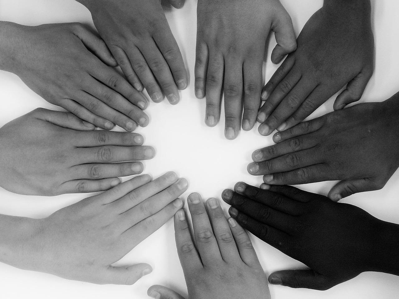 9 Hände