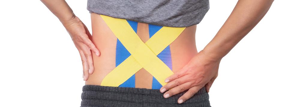 frau rückenschmerzen mittlerer Rücken wird mit kinesio tape behandelt