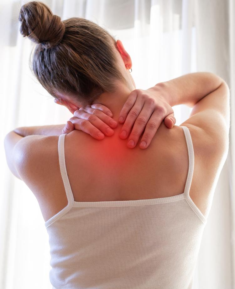 junge frau massiert sich am Nacken zur Muskelentspannung