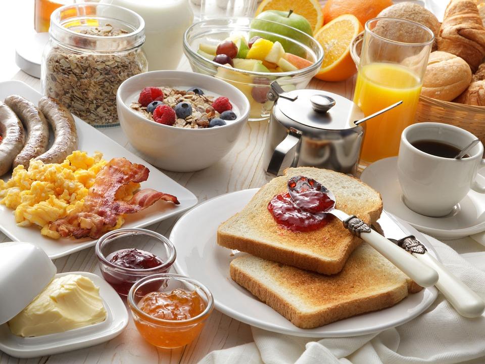 Großer Frühstückstisch mit Makro- und Mikronährstoffen