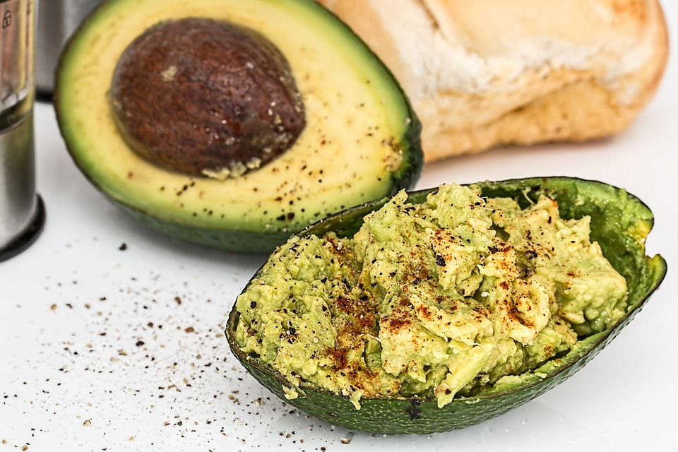 Gesunde Fette beim Zunehmen - reife Avocado halbiert