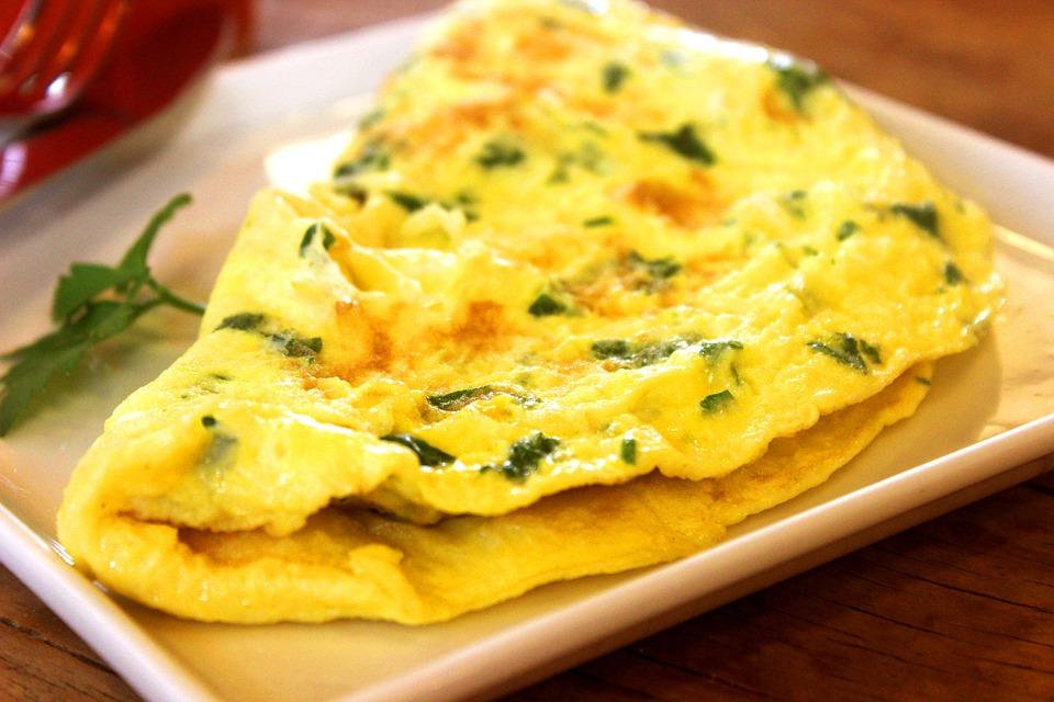 Eiweißreiche Mahlzeit zum zunehmen - Omelette auf einem Teller