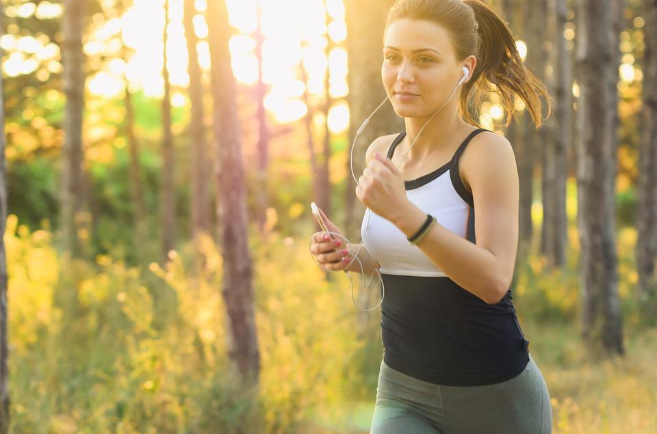 Karin beim joggen - Junge Frau beim laufen in der Natur