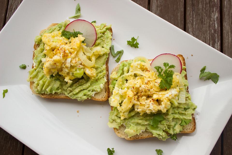 Avocado und Ei als gesunde Fette beim Frühstück