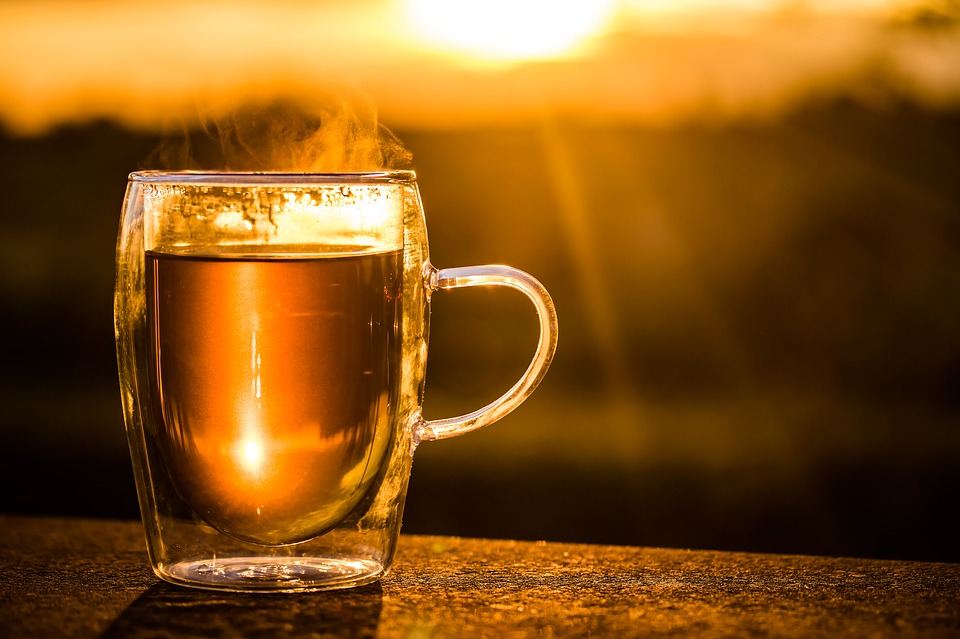 Glastasse Tee im Sonnenuntergang