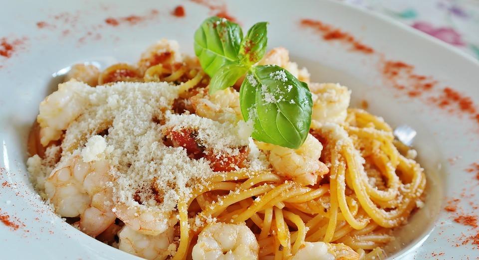 Teller mit Nudeln - Tomatensoße, Käse und Shrimps