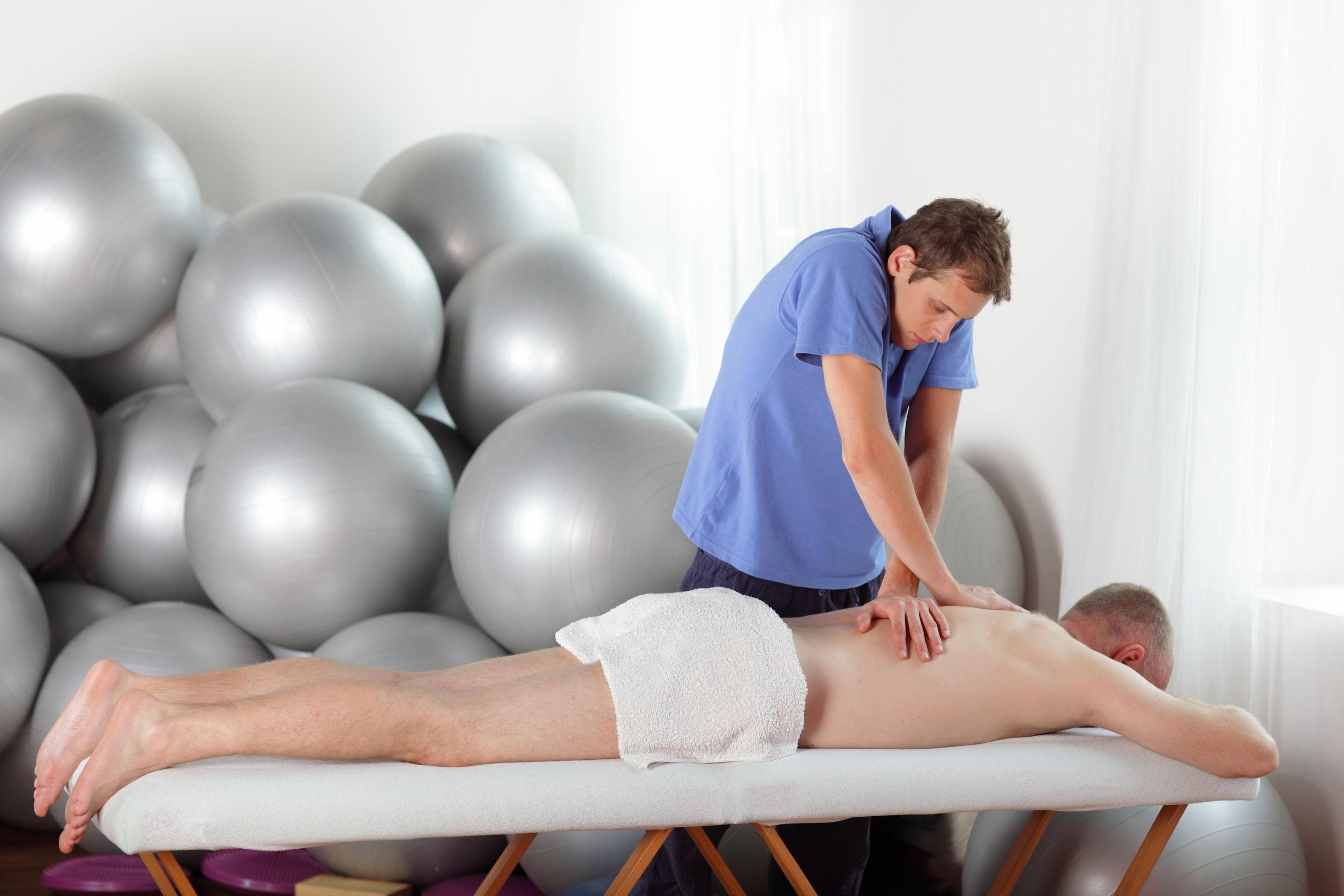 Mann in Behandlung mit Hohlkreuz