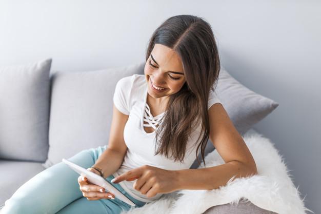 Ragazza legge un E-Book