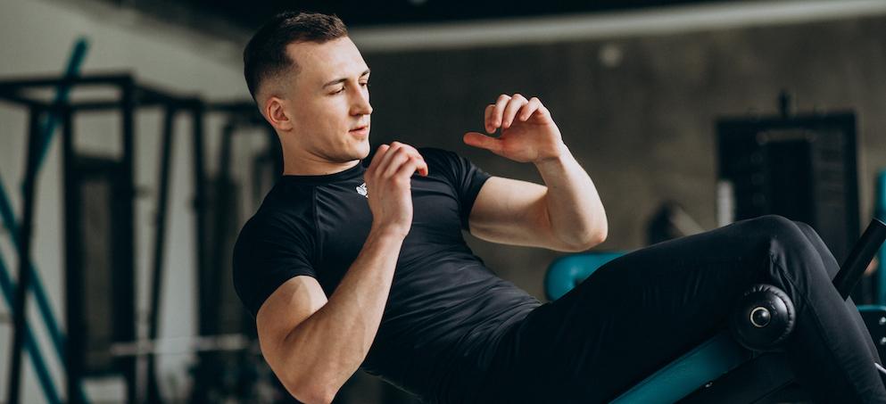 junger-sportmann-der-an-der-turnhalle-seine-bauchmuskeln-trainiert-mit-bauchtraining