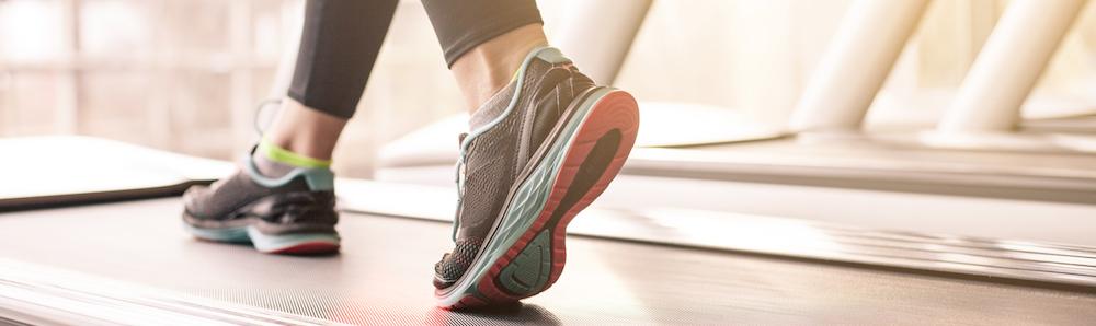 frau-die-in-einer-turnhalle-auf-einem-laufbandkonzept-fuer-das-trainieren-die-fitness-und-den-gesunden-lebensstil-laeuft