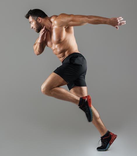 Muskulöser Mann beim Fitness training in ganzer länge