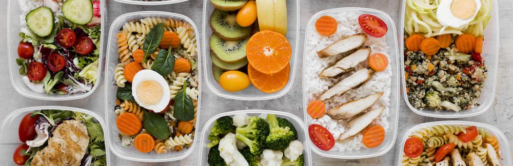 draufsicht-sortiment-gesunde-mahlzeit-ernaehrung-mealprep