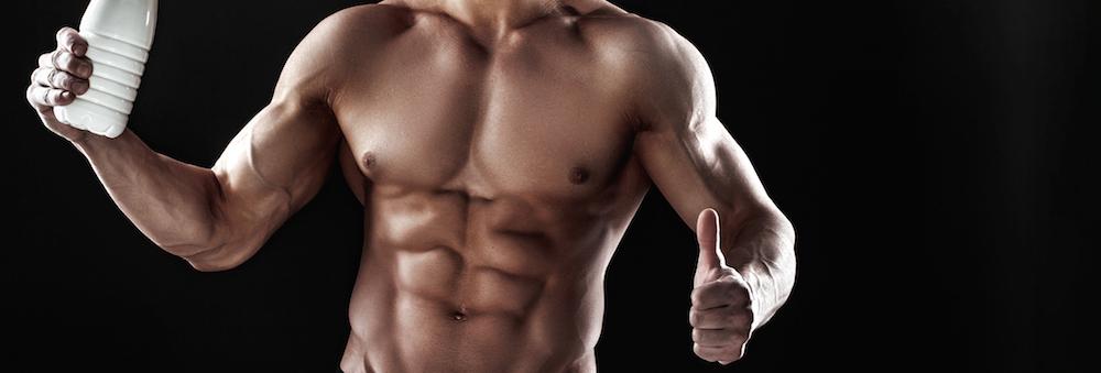 starker-athletischer-muskuloeser-mann-mit-sixpack-der-flasche-haelt