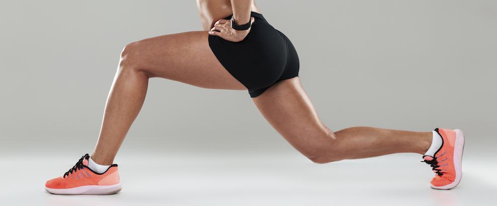 abgeschnittene seitenansicht frau macht lunges ausfallschritt workout Oberschenkel Muskeln