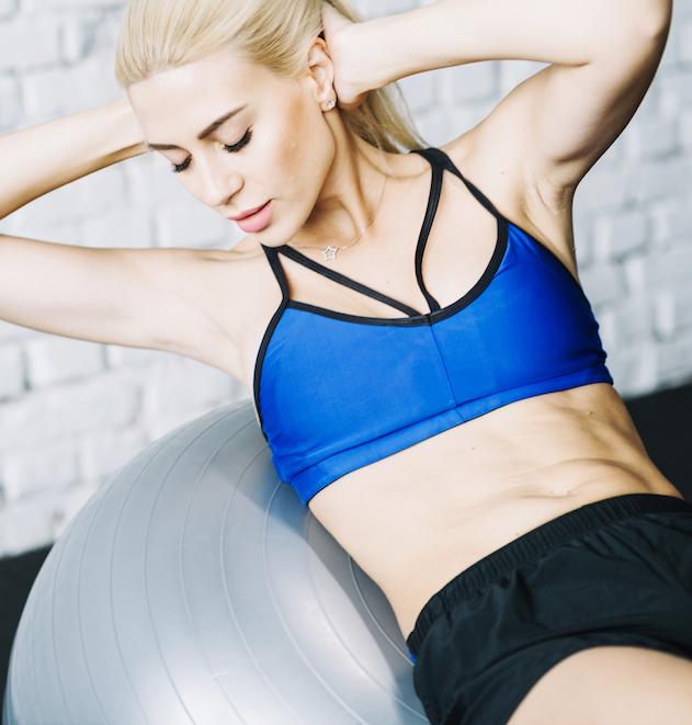 frau-macht-bauchmuskeln-uebungen-auf-fitball