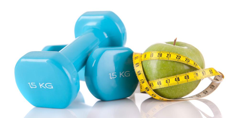 fitness equipment kurzhantel und gesunder apfel mit maßband als illustration zum abnehmen und muskelaufbau
