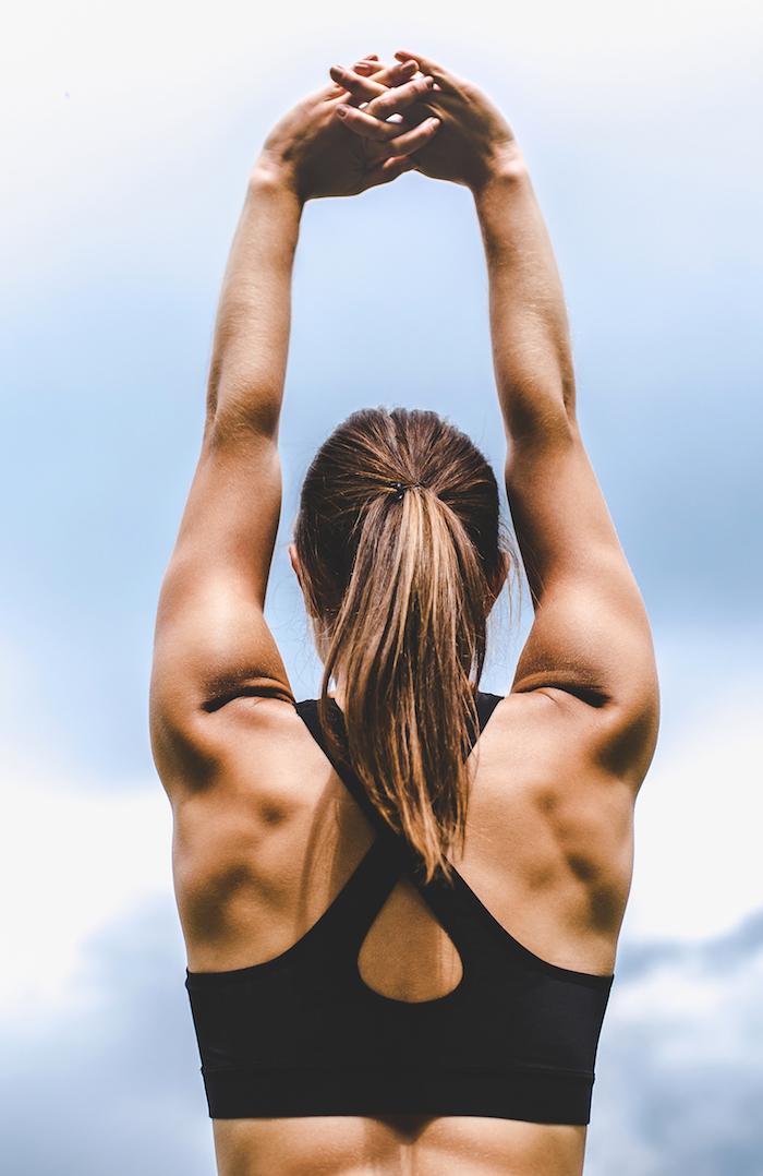sportliche Frau von hinten fotografiert mit gut trainierter Rückenmuskulatur
