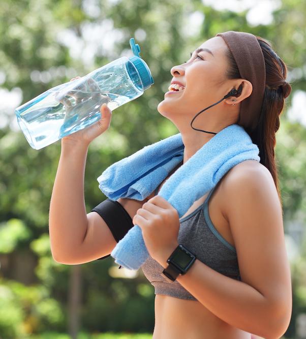 trinkwasser-der-gluecklichen-sportlerin-im-park