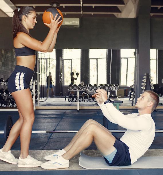 mann und Frau im Fitness studio machen Bauchmuskeltraining und trainieren zum waschbrettbauch