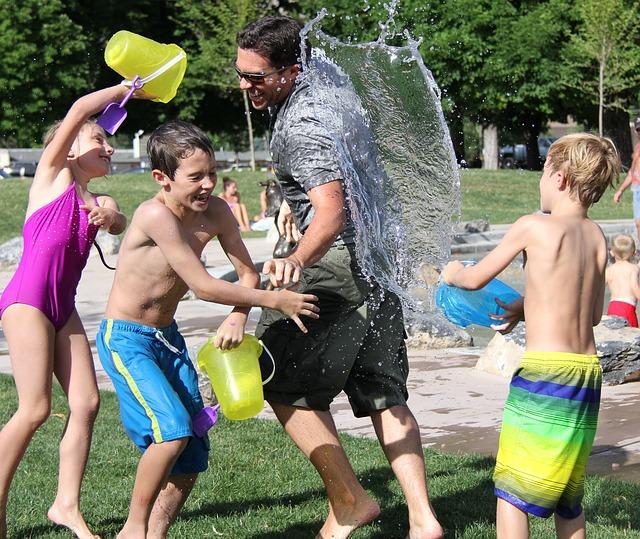 Wasserschlacht mit der Familie
