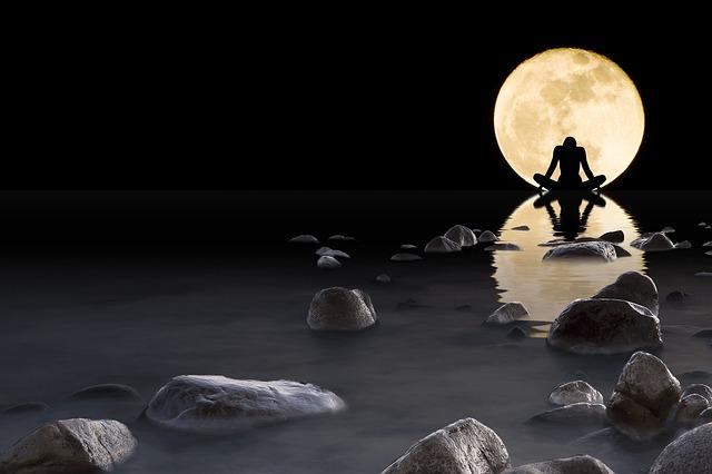 Yogaposition auf Felsen