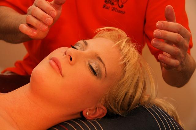 Frau bei Reiki Behandlung