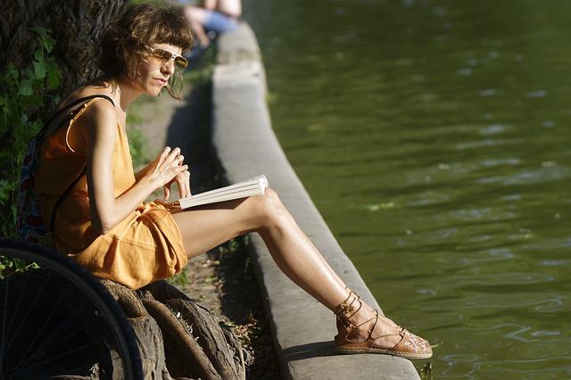 Junge Frau schreibt Tagebuch