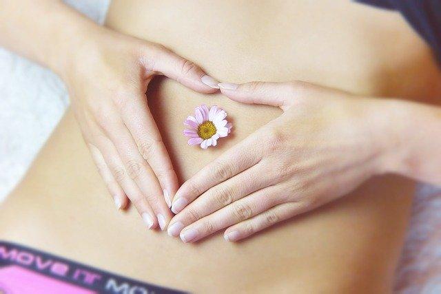Fingerherz auf Bauch mit Gänseblümchen