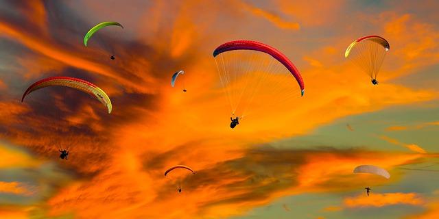 Fallschirmspringen bei Sonnenuntergang