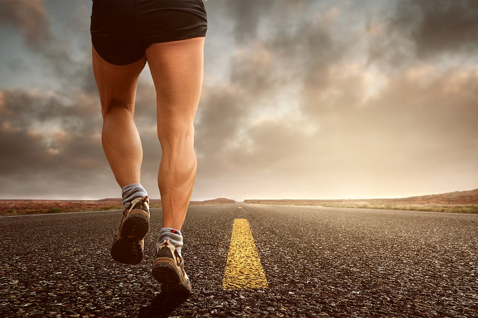Mann joggt auf einer Strasse